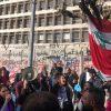 المودعون اللبنانيون يحتجون أمام مصرف لبنان