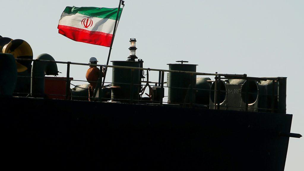 إيران تتجاهل العقوبات الأمريكية