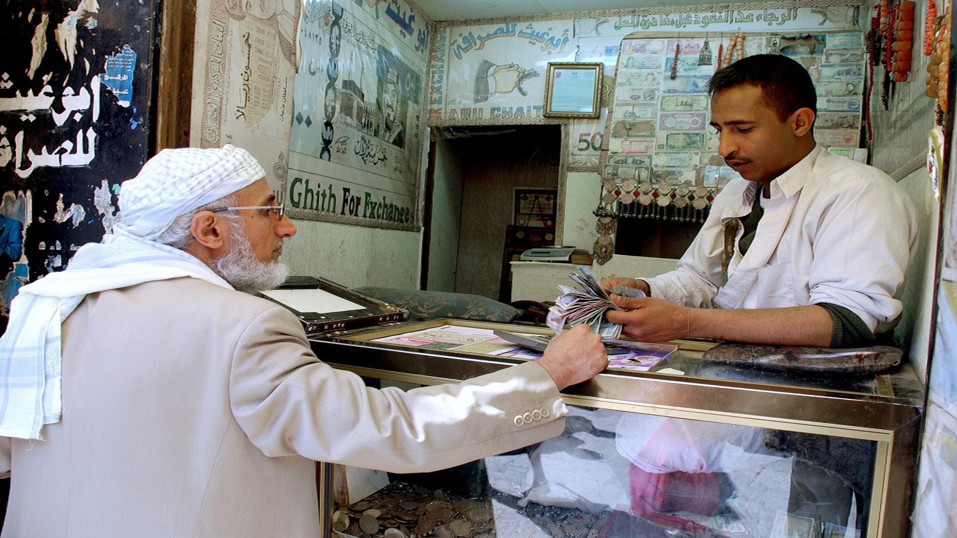 """نقص """"الفكّة"""" تضرب الأسواق اليمنية"""