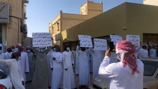 عشرات المحتجين العمانيين